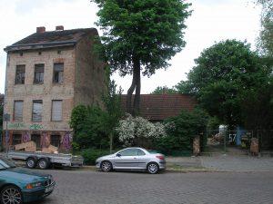 Das Kolonistenhäuschen - hier vom Garten vollkommen verdeckt - ist das ältereste Haus im Wedding.